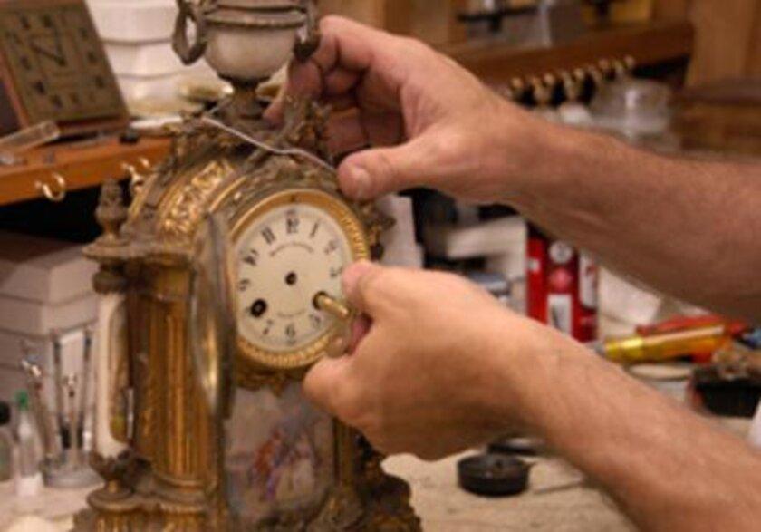 Cách lên dây cót đồng hồ quả lắc (nguồn: Internet)