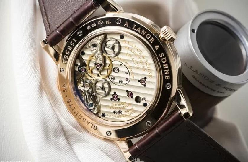 Đồng hồ cơ lên cót bằng tay có thao tác phức tạp hơn