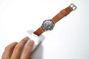 Xà phòng giúp làm sạch dây da đồng hồ